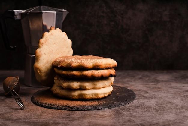 Pfannkuchen auf schiefer mit wasserkocher und sieb