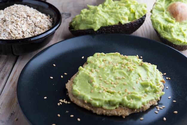 Pfannkuchen aus hafer und guacamole