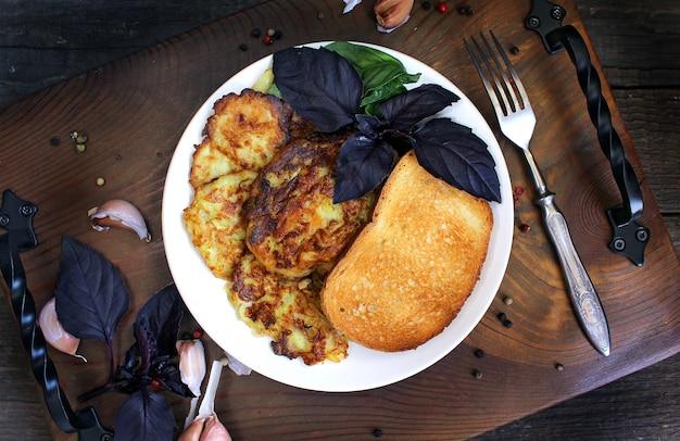 Pfannkuchen aus zucchini, knoblauch, basilikum.