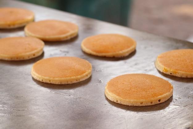 Pfannkuchen dorayaki am straßenlebensmittel