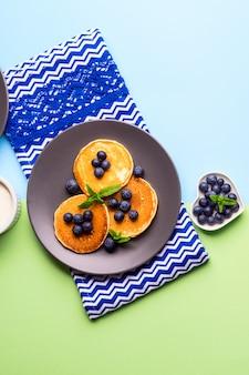 Pfannkuchen gedient mit blaubeeren auf grauer platte
