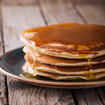 Pfannkuchen gefalteter stapel mit flüssigem honig