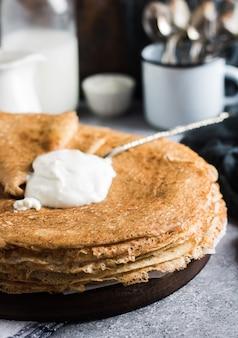 Pfannkuchen kreppt mit russischem traditionellem pfannkuchenwochenkarneval der sauren sahne