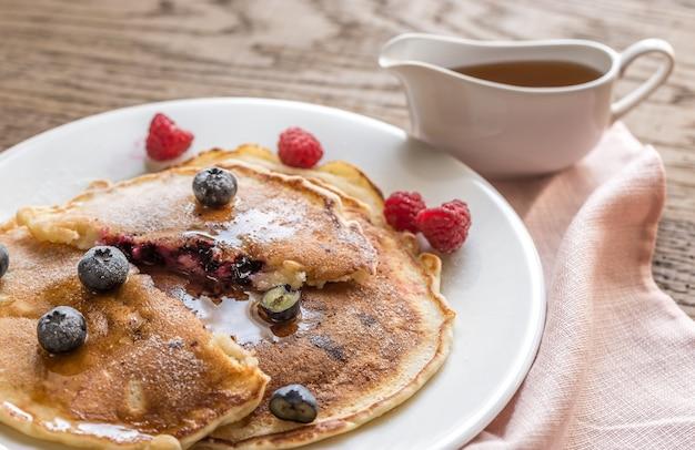 Pfannkuchen mit ahornsirup und frischen blaubeeren