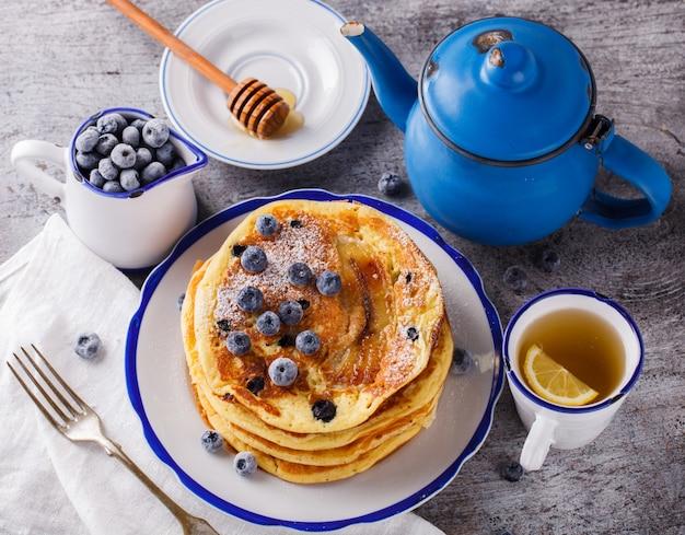 Pfannkuchen mit banane, blaubeeren und honig