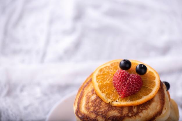 Pfannkuchen mit beeren und ahornsirup
