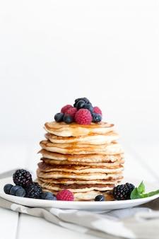 Pfannkuchen mit beeren und honig. kopieren sie platz