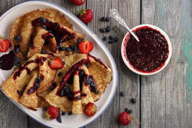 Pfannkuchen mit beeren und marmelade