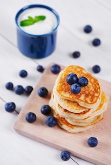 Pfannkuchen mit blaubeere auf schneidebrett