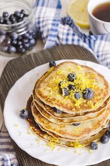 Pfannkuchen mit blaubeere auf weißer platte.