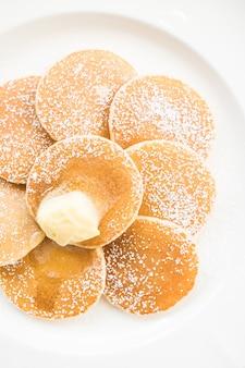 Pfannkuchen mit butter an der spitze