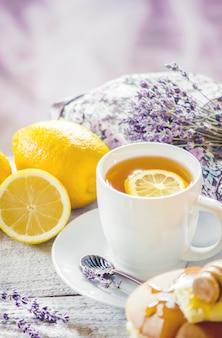 Pfannkuchen mit butter und honig und zitronentee zum frühstück. selektiver fokus.