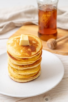 Pfannkuchen mit butter und honig