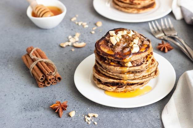 Pfannkuchen mit cashewnüssen, honig, zimt und anis.