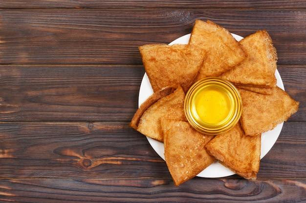 Pfannkuchen mit draufsicht des honigs und der butter mit kopienraum.
