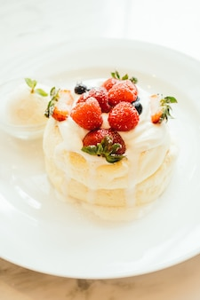 Pfannkuchen mit eiscreme-erdbeere