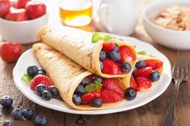 Pfannkuchen mit erdbeerblaubeere zum frühstück