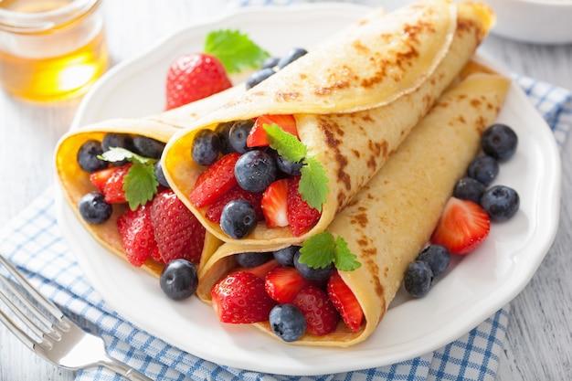 Pfannkuchen mit erdbeerblaubeere
