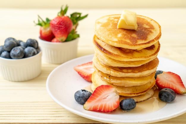 Pfannkuchen mit erdbeeren, blaubeeren und honig