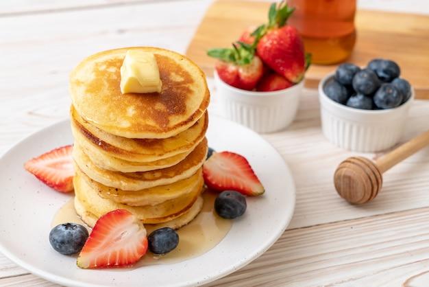 Pfannkuchen mit erdbeeren, heidelbeeren und honig