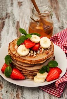 Pfannkuchen mit erdbeeren und bananen