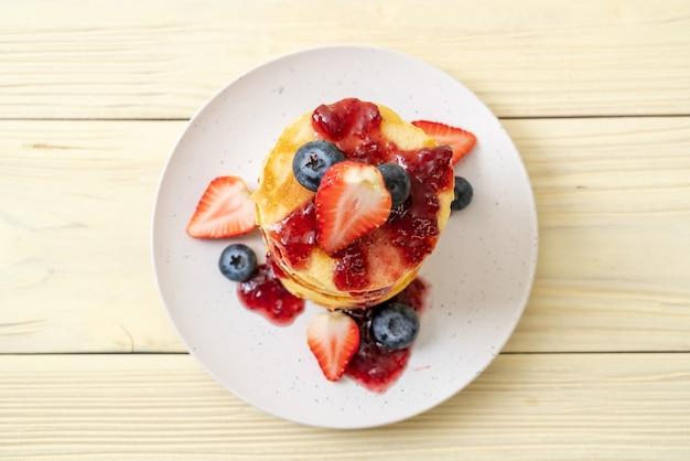 Pfannkuchen mit erdbeeren und blaubeeren