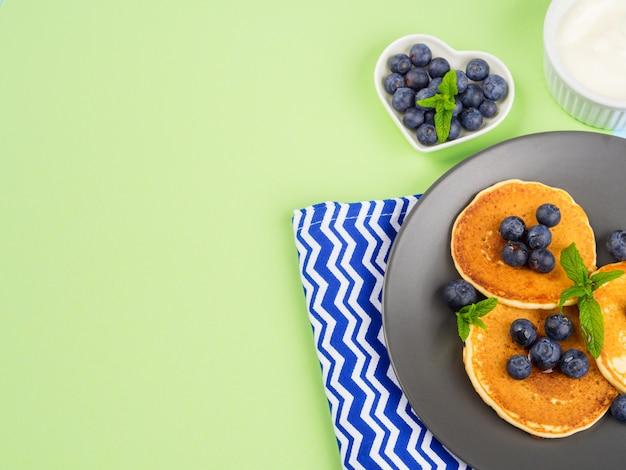 Pfannkuchen mit frischen blaubeeren. frühling