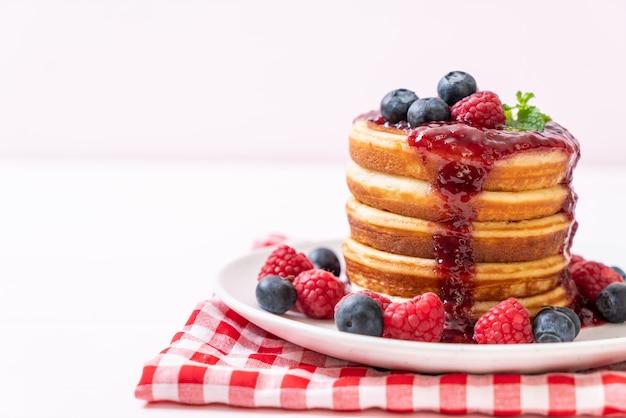 Pfannkuchen mit frischen himbeeren und heidelbeeren