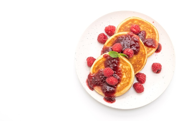 Pfannkuchen mit frischen himbeeren und himbeersauce