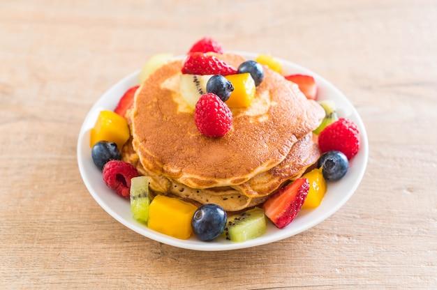 Pfannkuchen mit gemischten früchten