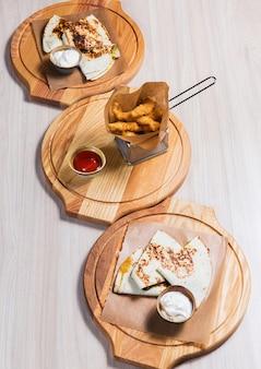 Pfannkuchen mit gemüse und nuggets auf holztisch in einem restaurant. leckeres essen