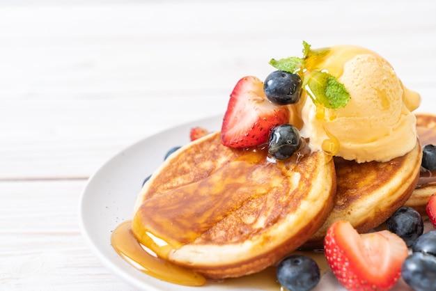 Pfannkuchen mit heidelbeeren, erdbeeren, honig und vanilleeis