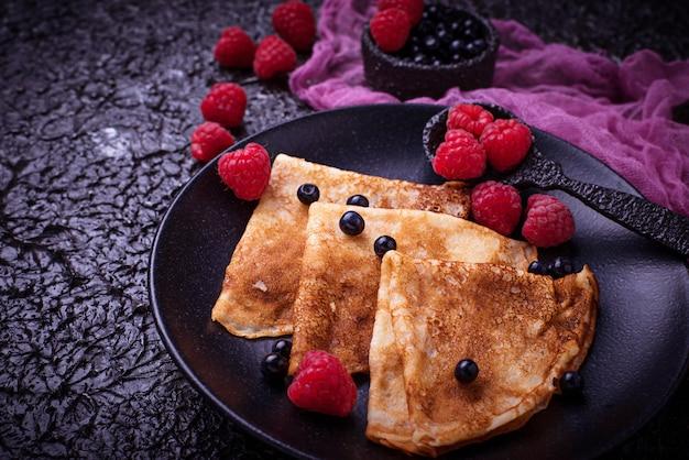 Pfannkuchen mit heidelbeeren und himbeeren