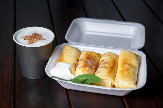 Pfannkuchen mit käse und sauerrahm