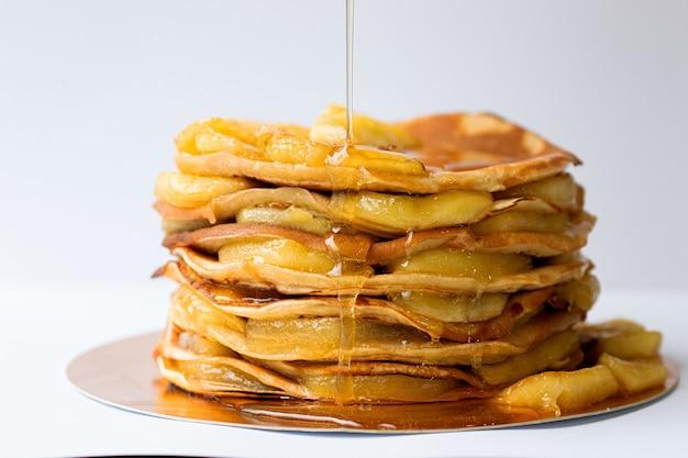 Pfannkuchen mit karamellisierten äpfeln und honig