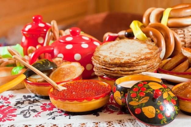 Pfannkuchen mit kaviar und tee