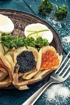 Pfannkuchen mit kaviar.
