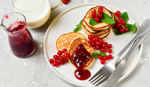 Pfannkuchen mit kirschmarmelade und roter johannisbeere