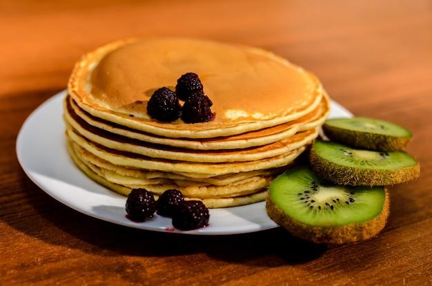 Pfannkuchen mit kiwi und beeren