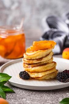 Pfannkuchen mit marillenmarmelade und beeren