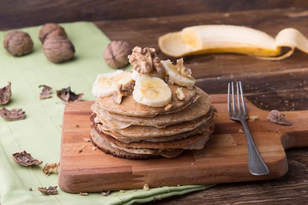 Pfannkuchen mit nüssen und banane