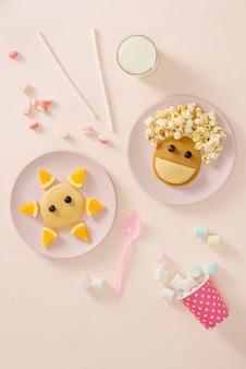 Pfannkuchen mit obst für die kinder. ansicht von oben