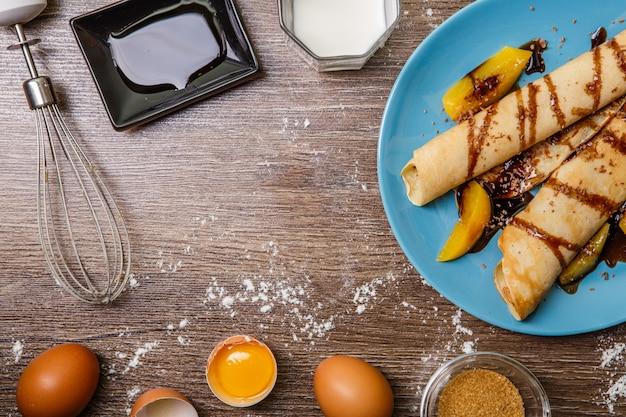 Pfannkuchen mit pfirsichen, schokoladenüberzug