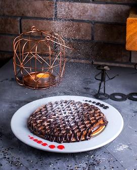 Pfannkuchen mit praline auf dem tisch