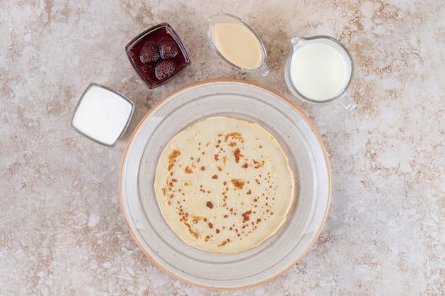Pfannkuchen mit quark und erdbeermarmelade rollen