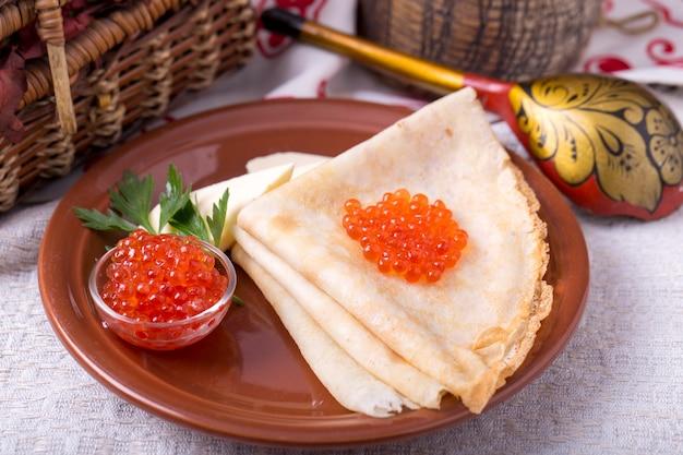 Pfannkuchen mit rotem kaviar.