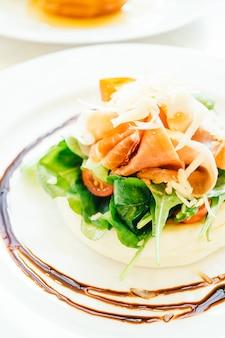 Pfannkuchen mit rucolasalat