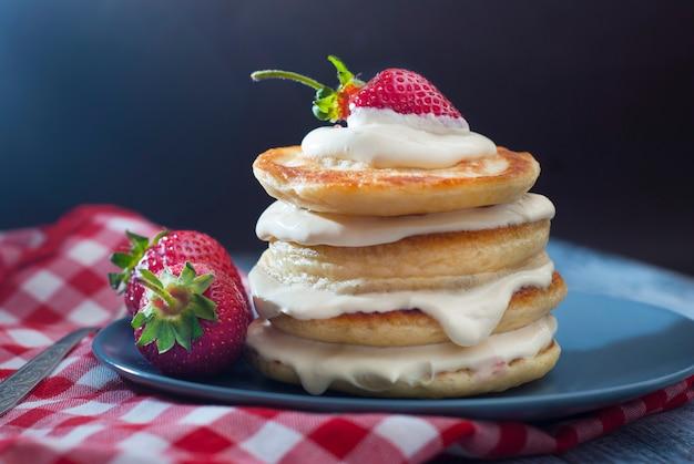 Pfannkuchen mit sahne und erdbeer