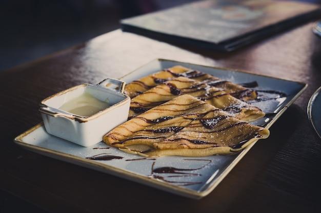 Pfannkuchen mit schokolade und kondensmilch