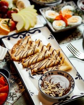 Pfannkuchen mit schokoladenbutter und walnüssen